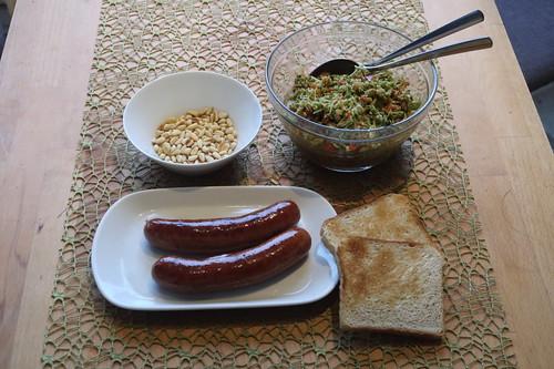 Broccoli-Apfel-Paprika-Salat zu Krakauern und Toast
