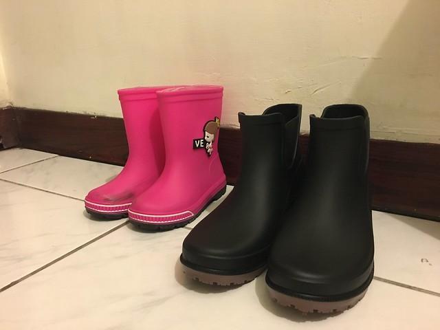 跟鹿鹿的雨靴比起來我的鞋黑到好不感光XD