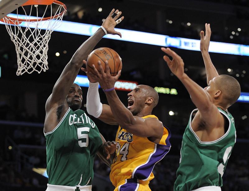 Kobe Bryant(中)與Kevin Garnett(左)。(達志影像資料照)