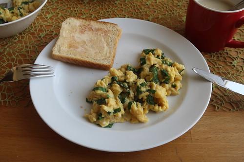 Rührei mit Bärlauch zum Frühstück