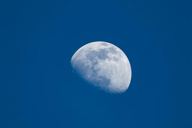 Lune pastel dans un ciel bleu d'azur !
