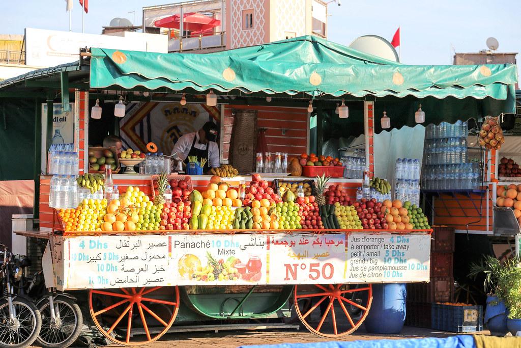 Kaupungin hermokeskus, Djemaa el-Fna -aukio sykkii edelleen elämää. Rakkaalla paikalla on monta nimeä ja kirjoitusasua. Voit nähdä paikkaa kutsuttavan myös nimillä: Jemaa el-Fna, Jamaa al-Fna tai Djema el-Fna.