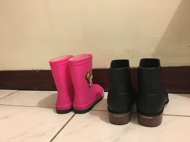 可以看得出來媽媽的雨靴鞋跟很高,哇哈哈