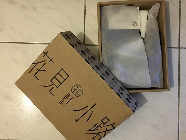打開來裡面就是鞋子它本人與一張說明書,靴筒裡以厚泡綿保護