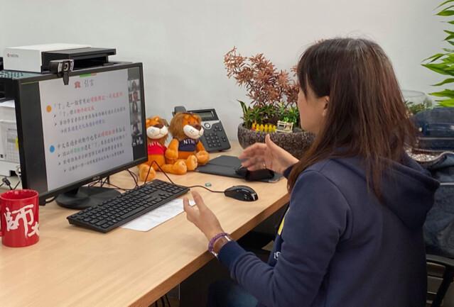 網路大學籌備處主任洪嘉馡示範使用投影片網路視訊上課。圖/何明明攝