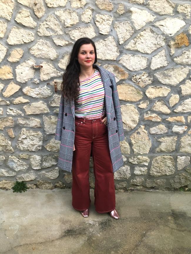 Look en manteau pied-de-poule, marinière, jean wide leg et bottines roses à paillettes