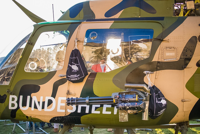 Seitenbefestigte Minigun eines Militärhubschraubers des österreichischen Bundesheers