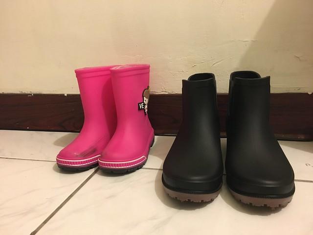 根據官方資料,24.5 號鞋的筒高是 11.75cm,竟然比鹿鹿的雨靴還略短一點耶