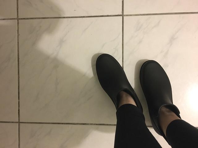 試套一下,因為鞋側有鬆緊帶(彈力布)的關係所以很輕鬆就套進去了