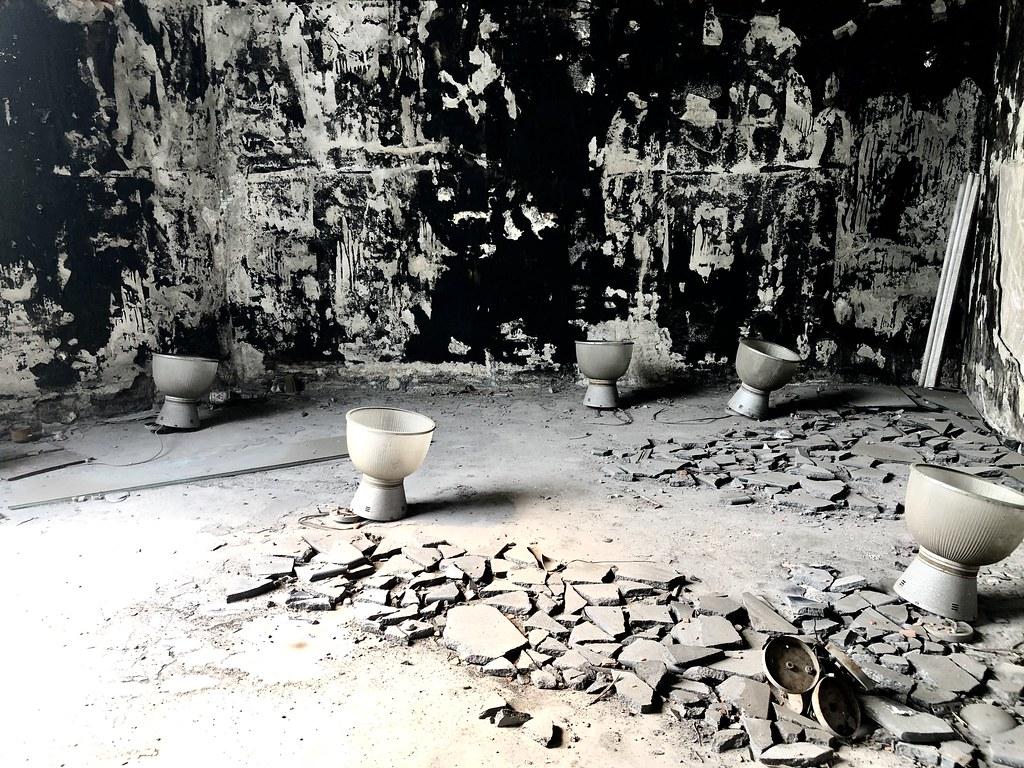 現場遺留的燈具,推測為1990年代,電動場、鴿舍期間所有。  攝影/蕭紫菡