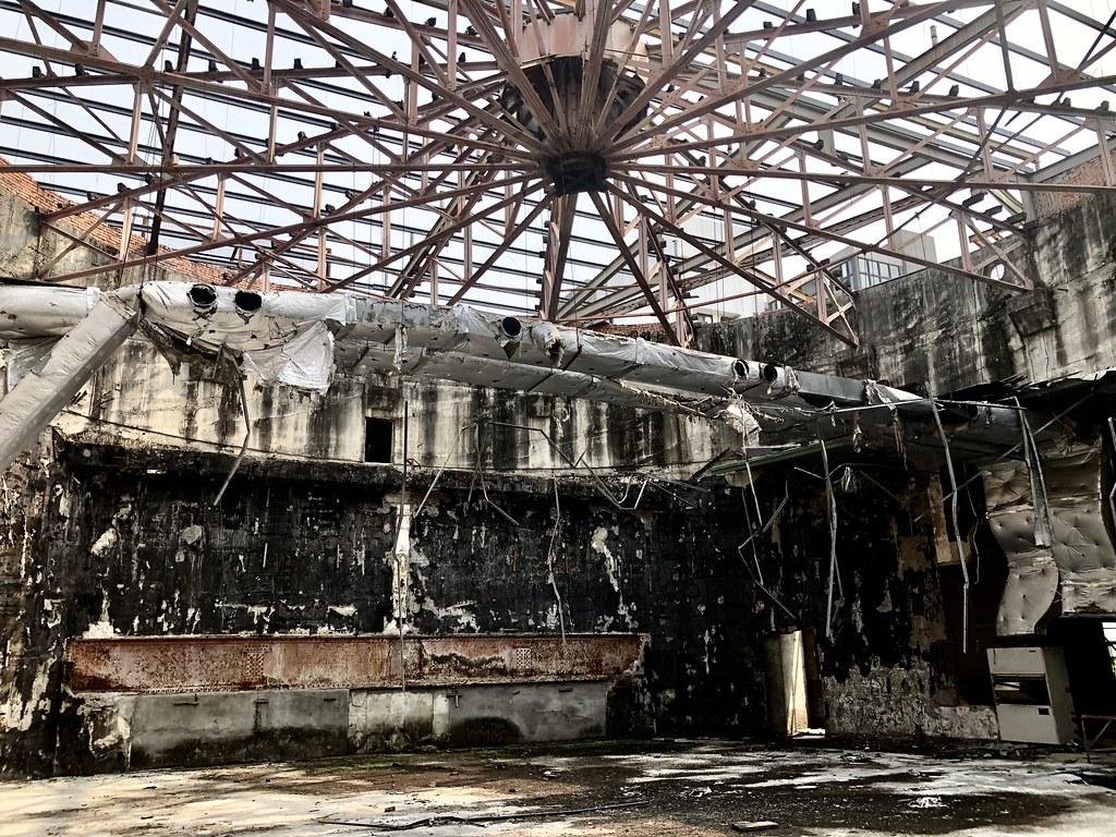 「天外天劇場」屋架系統呈現放射狀鋼桁架,乃因建築量體為圓形及矩形組合形體,以日治時期劇場建築而言相當少見。  攝影/蕭紫菡