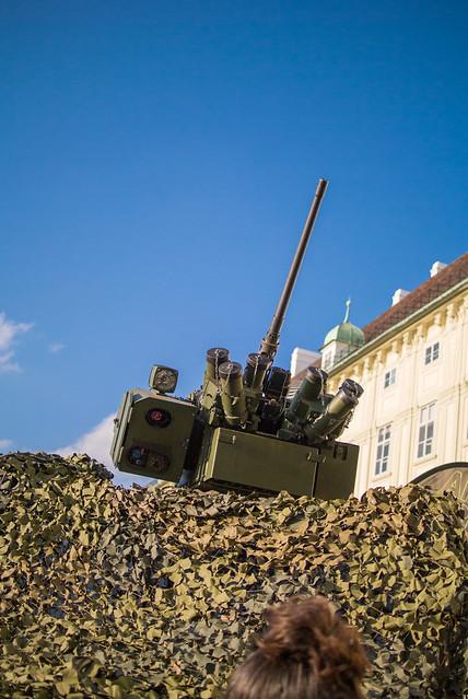 Flugabwehrmaschinengewehr auf einem Militärfahrzeug