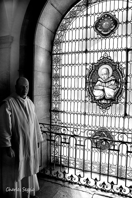 Chanoine et son vitrail....Canon and stained glass....