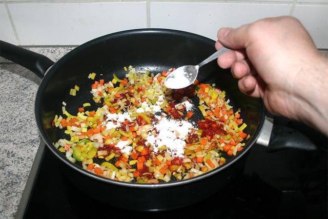 29 - Mit Mehl bestreuen / Sprinkle with flour