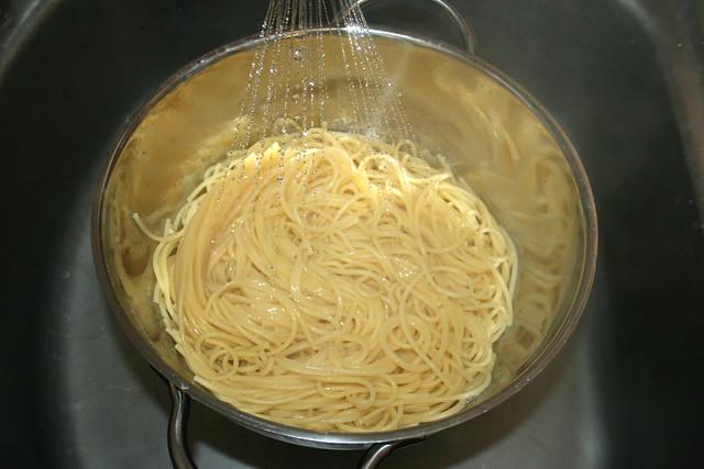 12 - Spaghetti abtropfen lassen / Drain spaghetti