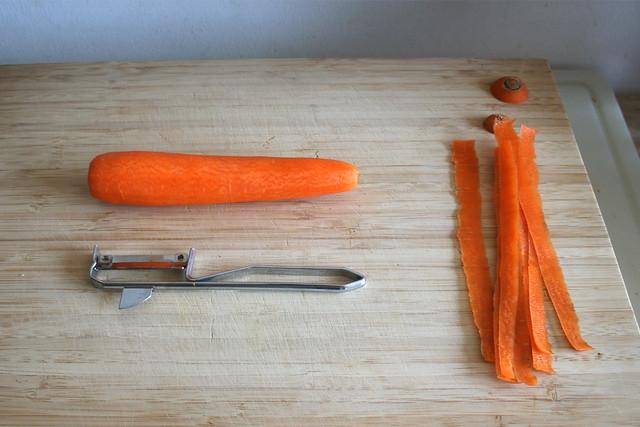 04 - Möhre schälen / Peel carrot