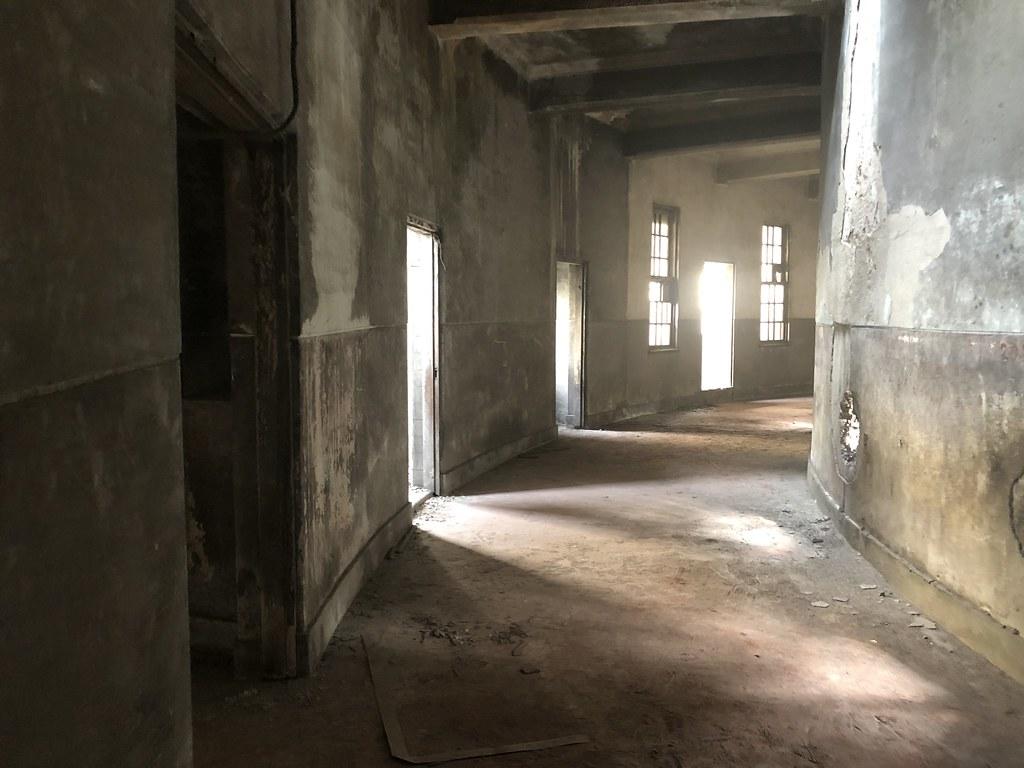 「天外天劇場」的迴廊四通八達,串連整座空間。  攝影/蕭紫菡