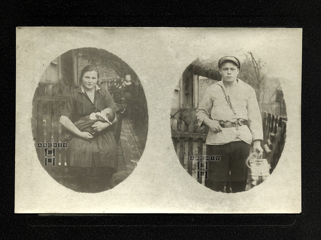 ArchivTappenV950 Mutter mit Kleinkind, Junge mit Milchflaschen, 1930er