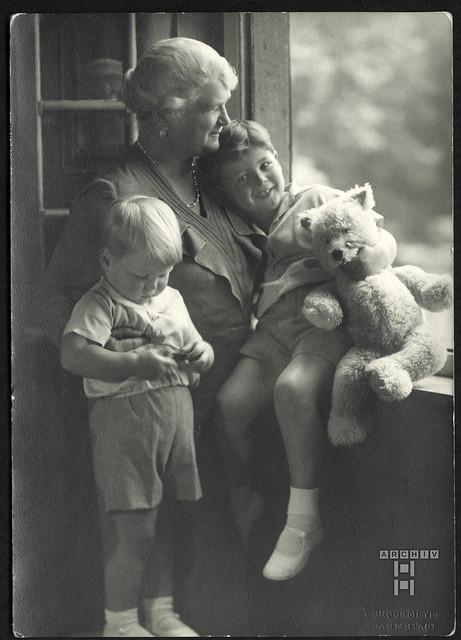 ArchivTappenV940 Oma mit Enkelsöhnen, Darmstadt, 1930er