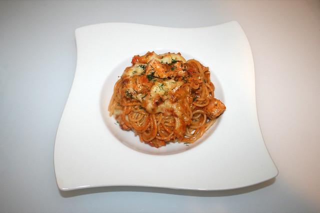 45 - Gratinated salmon leek spaghetti - Served / Überbackene Lachs-Lauch-Spaghetti - Serviert