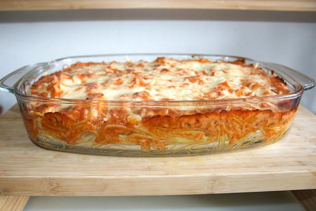 44 - Gratinated salmon leek spaghetti - Casserole - Side view / Überbackene Lachs-Lauch-Spaghetti - Auflaufform - Seitenansicht