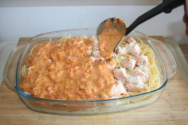 40 - Sauce auf Lachs & Nudeln verteilen / Spread sauce over salmon & pasta
