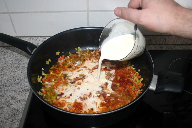 31 - Sahne dazu gießen / Add cream