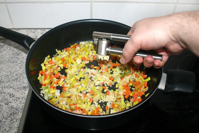 26 - Knoblauch dazu pressen / Squeeze garlic