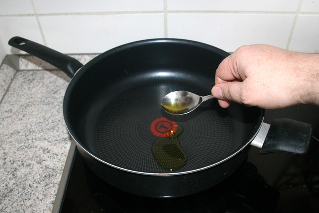 16 - Öl in Pfanne erhitzen / Heat oil in pan