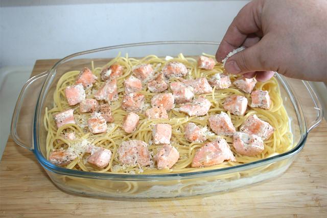 39 - Restlichen Parmesan einstreuen / Dredge with remaining parmesan