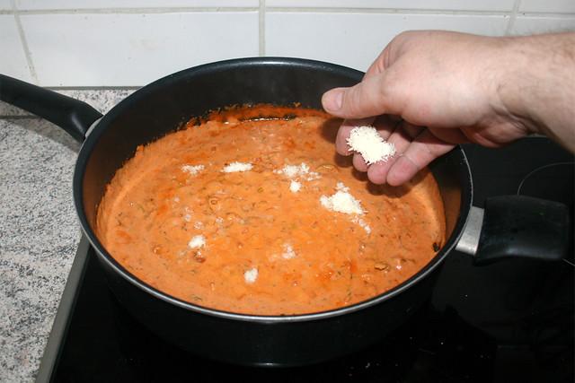 37 - Hälfte des Parmesan einstreuen / Add half of parmesan