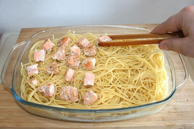 20 - Lachwürfel auf Nudeln verteilen / Arrange diced salmon on noodles