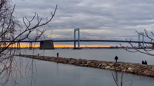 sunset littlebaypark forttotten longislandsound littleneckbay queens nyc newyork throgsneckbridge water jetty bridge people socialdistance gittersteiger gittersteigen