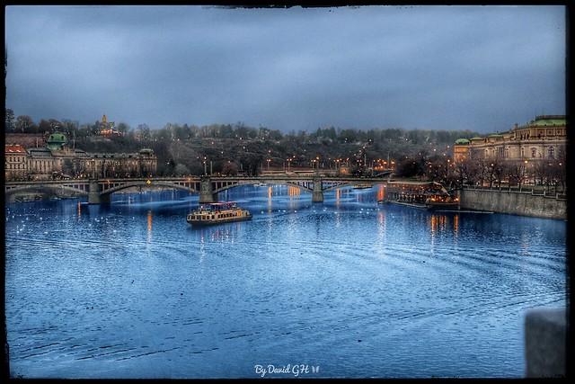 Praga, Río Moldava...  Prague, Moldava river.