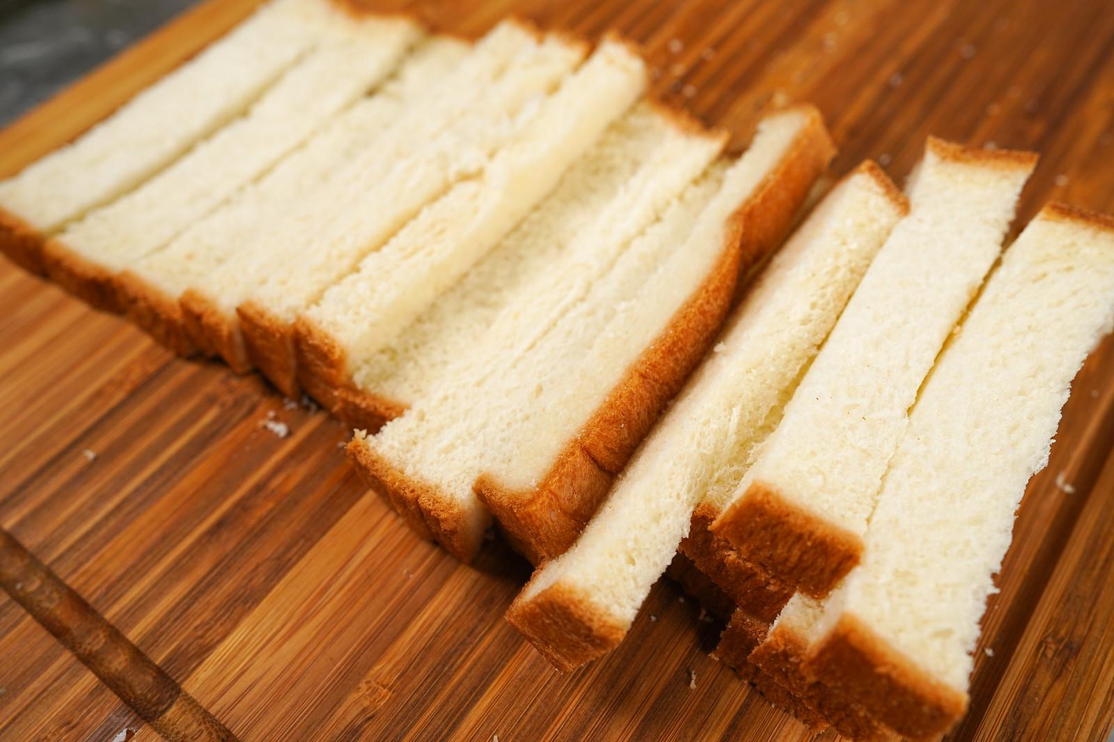 將土司切成適當條狀