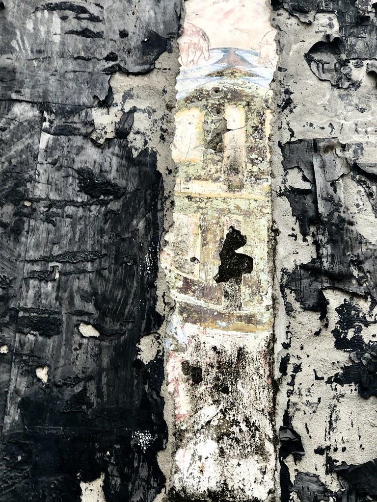 牆面上是「天外天劇場」的圖徽。而據聞在圖徽的兩側,是「台灣民主國」黃虎旗上的藍地黃虎圖騰,傳達著清末日治時期,漢文化復興的響往與不合作的反抗運動。  攝影/蕭紫菡