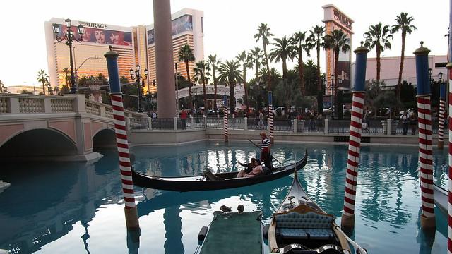 Nevada - Las Vegas: The VENETIAN - Gondola rides in the outside pool