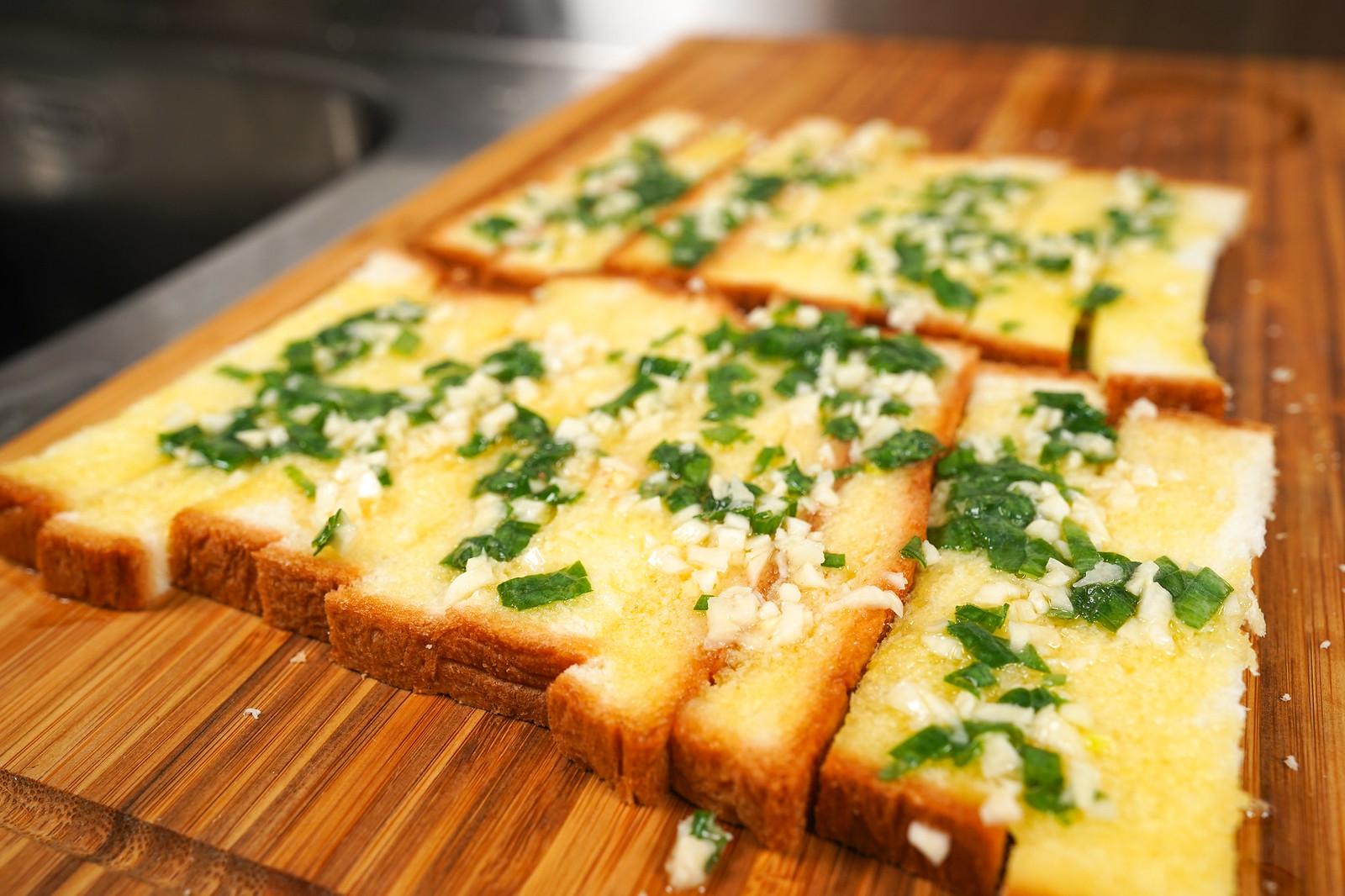 蒜香醬料平均塗抹在吐司條上