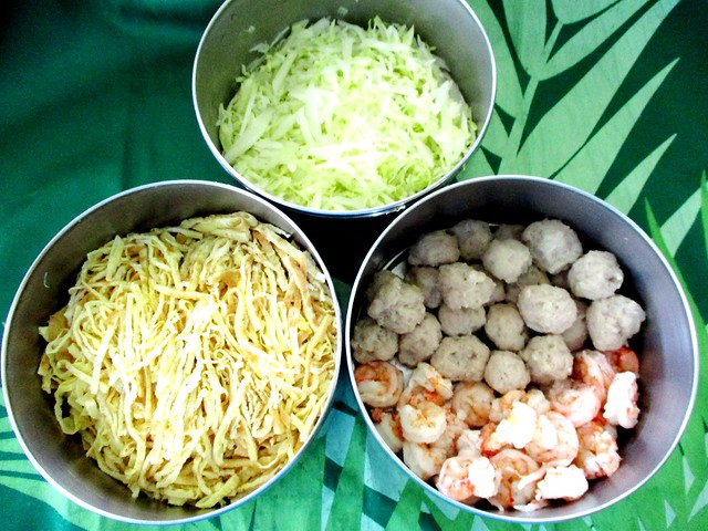 Prawns, fish balls, thinly sliced omelette and cabbage
