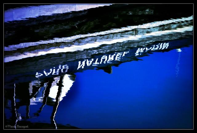 Reflet du bateau du Parc Naturel Marin