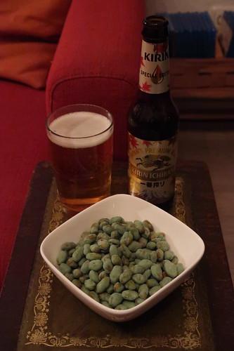 Kirin-Ichiban-Bier zu Edamame (= grüne Sojabohnen) mit Wasabihülle