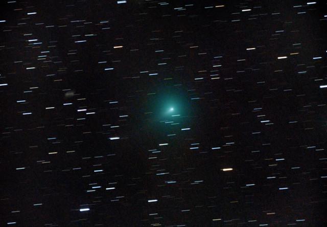VCSE - A C/2019 Y4 (ATLAS) üstökös a VCSE Távvezérelt Csillagvizsgálójának 250/1200-as Newton-távcsövével 2020. március 28-án. 45x25 sec expozíció 180 felvételből kiválogatva, csak sötétkép-korrekcióval. A kép készítését flat-field problémák zavarták meg és Zalaegerszeg erős fényszennyezése nehezítette. Detektor: Canon 6D (nem átalakított), kómakorrektorral, érzékenység: ISO 1600. Az üstököstől balra látható elmosódott folt az UGC 4326 galaxis csíkja. Az üstökös és a galaxis ekkor kb. 18 ívpercre voltak egymástól, ezért az üstökös kómájának méretét 12 ívpercesre becsülhetjük. Gyenge, rövid, 1-2 ívperces csóva is sejthető a képen balra lefelé (délkeletre). Észak felfelé, balra kelet.- Csizmadia Szilárd és Ágoston Zsolt felvétele.