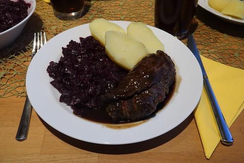 Pferdefleischrouladen mit Rotkohl und Salzkartoffeln (meine Portion)