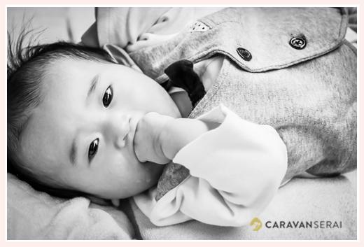 3か月の赤ちゃん 自分のげんこつをガブリ(笑)