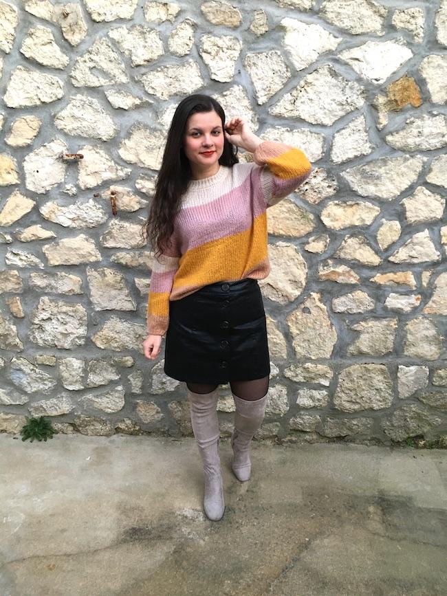 Look en pull multicolore, jupe en simili et cuissardes grises