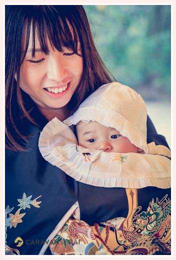 お宮参り ママに抱っこされる男の子赤ちゃん