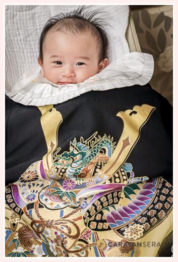 お宮参り写真 黒い産着 微笑む3か月の赤ちゃん