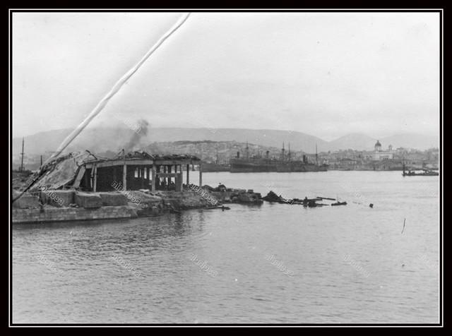 Το λιμάνι του Πειραιά κατά την περίοδο της γερμανικής Κατοχής. Στο βάθος δεξιά ο Ι.Ν. του Αγίου Νικολάου.