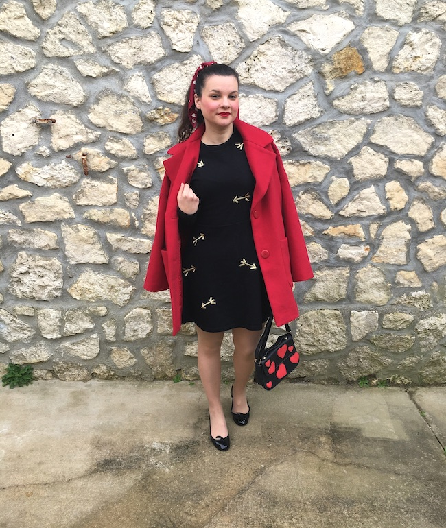 Look manteau rouge, robe Carven et ballerines Repetto