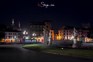 Uno scatto di Prato della Valle in notturna